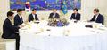 الرئيس مون يجتمع مع زعماء الكتل البرلمانية للأحزاب الخمسة