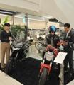 百貨店でオートバイを販売