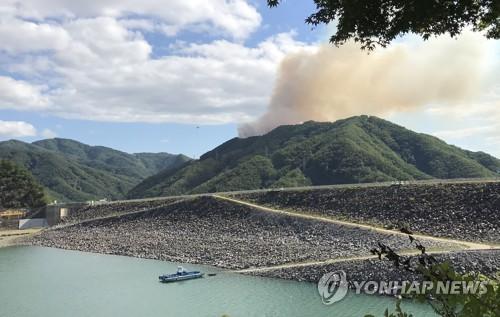 춘천 월곡리서 산불…헬기 7대 투입 진화 중