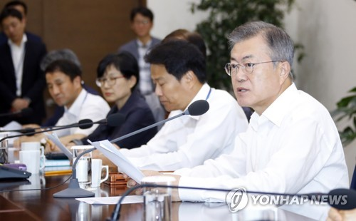 President Moon Jae-in (R) speaks in a weekly meeting with his top presidential aides held at the presidential office Cheong Wa Dae in Seoul on Aug. 20, 2018. (Yonhap)