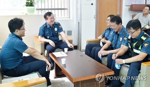 화천서 간동파출소 방문한 김원준 강원경찰청장(왼쪽 두 번째)