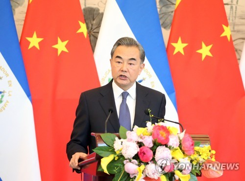 """中왕이 """"중국, 미국에 도전 안 한다…협력이 최선"""""""