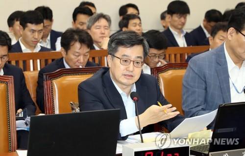 """소득주도성장 """"폐기""""vs""""유지"""" 기재위 공방…김&장 갈등도 논란(종합)"""