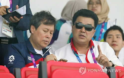 대화하는 도종환 장관과 북한 김일국