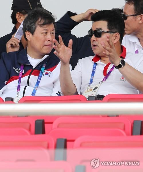 대화하는 도종환 장관과 북한 체육상