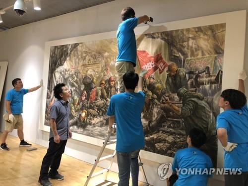北朝鮮からの作品を設置する作業(資料写真、光州ビエンナーレ財団提供)=(聯合ニュース)