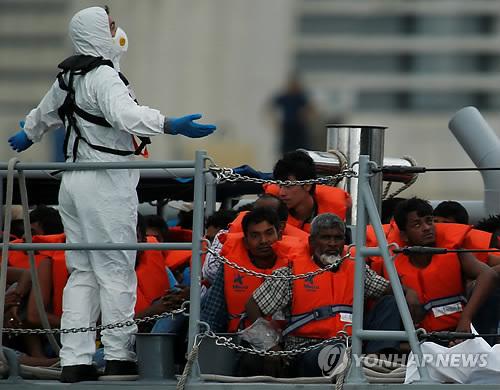 지중해에서 구조된 아프리카 난민들 [로이터=연합뉴스 자료사진]
