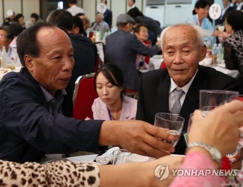 [이산가족상봉] 아버지, 저도 술 못해요…첫 대면 父子 물 건배(종합)