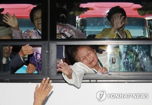 8月26日,在朝鲜金刚山酒店,参加韩朝离散家属团聚活动的朝方探亲团乘车离开并同韩方亲人挥泪道别。(韩联社/新闻通讯采访团)