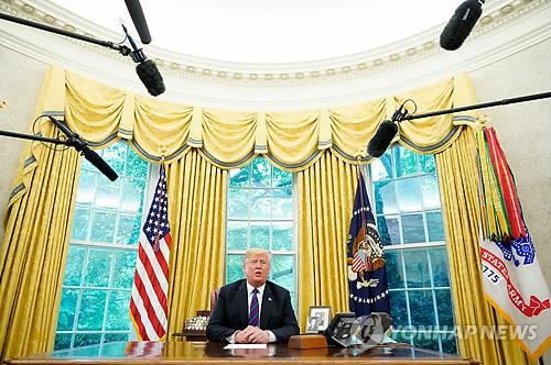 기자들 불러 스피커폰으로 헬로…트럼프, 정상통화도 쇼맨십