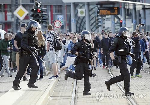 켐니츠에서의 극우시위 진압에 투입된 경찰 [AP=연합뉴스]