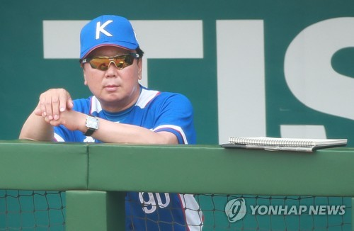 This file photo taken Aug. 28, 2018, shows South Korea's national baseball team manager Sun Dong-yol watching a game between South Korea and Hong Kong at the 18th Asian Games at Gelora Bung Karno Baseball Stadium in Jakarta. (Yonhap)