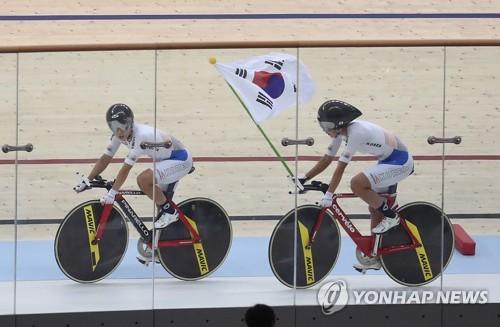 El equipo surcoreano de ciclismo gana la medalla de oro en la carrera Madison femenino en los Juegos Asiáticos de Yakarta-Palembang 2018.