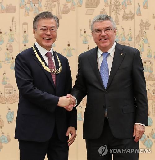 (LEAD) S. Korean president receives highest IOC order