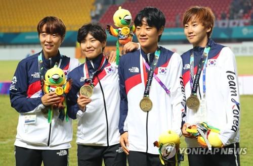 当地时间8月31日,在印尼雅加达,韩国女足选手们登上铜牌领奖台合影留念。(韩联社)