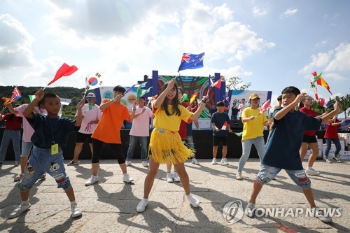 """资料图片:这是韩联社携手水原市全球青少年梦想中心于9月1日举办的""""和谐共融""""活动现场照。(韩联社)"""