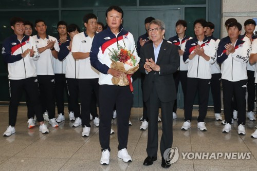 This file photo taken Sept. 3, 2018, shows South Korea's national baseball team manager Sun Dong-yol (L, front) welcomed by Korea Baseball Organization (KBO) Commissioner Chung Un-chan at Incheon International Airport in Incheon after returning home from the 18th Asian Games in Jakarta. (Yonhap)