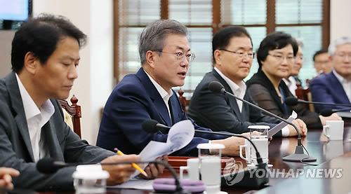 President Moon Jae-in (second from L) speaks in a weekly meeting with his top aides, including Chief of Staff Im Jong-seok (L), at his office Cheong Wa Dae in Seoul on Sept. 3, 2018. (Yonhap)