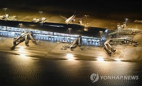 台風21号の影響で浸水した関西国際空港の様子=4日、大阪(共同=聯合ニュース)