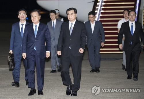 訪朝を終え、韓国に戻った鄭氏(手前左)と徐氏(同右)=5日、城南(聯合ニュース)