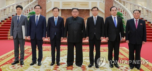 In this photo provided by South Korea's presidential office Cheong Wa Dae, North Korean Leader Kim Jong-un (C) poses for a group photo with a special envoy of South Korean President Moon Jae-in and other delegates following their meeting in Pyongyang on Sept. 5, 2018. They are (from L) Yun Kun-young, presidential secretary for state affairs; Vice Unification Minister Chun Hae-sung; Moon's special envoy and head of the presidential National Security Office Chung Eui-yong; Kim; National Intelligence Service Director Suh Hoon; Kim Sang-gyun, a senior NIS official; and Kim Yong-chol, a senior member of the North's People's Party. (Yonhap)