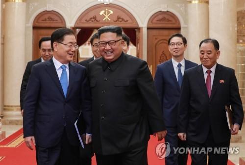 북 김정은과 대화 나누는 정의용 특사