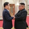 金正恩氏と握手を交わす首席特使