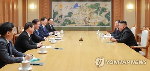 9月5日,在平壤,郑义溶(左排三)同金正恩(右排一)举行会晤。(韩联社)