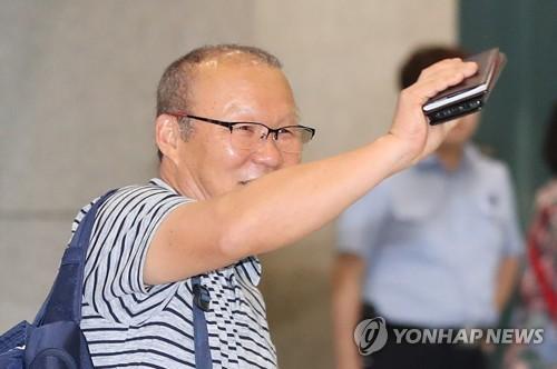 9月6日,在仁川国际机场,朴恒绪向到场粉丝们挥手致意。(韩联社)