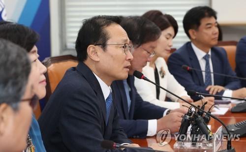 정책조정회의에서 발언하는 홍영표
