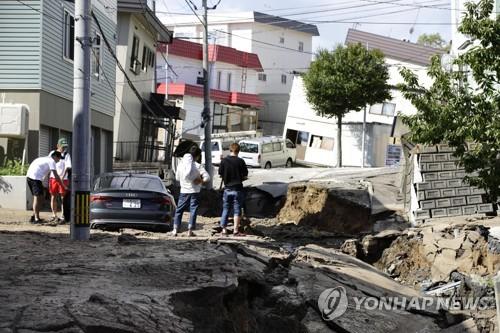 札幌市内の陥没した道路=6日、札幌(共同=聯合ニュース)