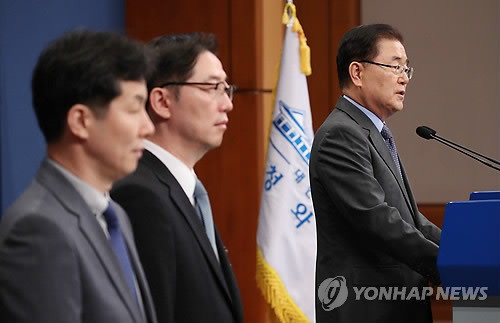 Chung Eui-yong (R), head of the presidential National Security Office, holds a press conference at the presidential office Cheong Wa Dae in Seoul on Sept. 6, 2018 on the outcome of his one-day trip to North Korea the previous day as a special envoy of South Korean President Moon Jae-in. (Yonhap)