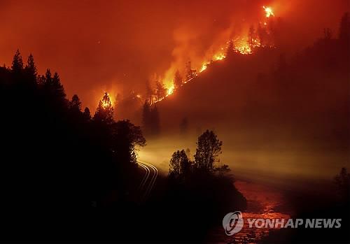 美캘리포니아서 또 대형 산불…고속도로 집어삼켜