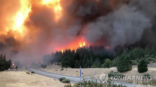 고속도로까지 덮친 대형 산불 '델타 파이어'