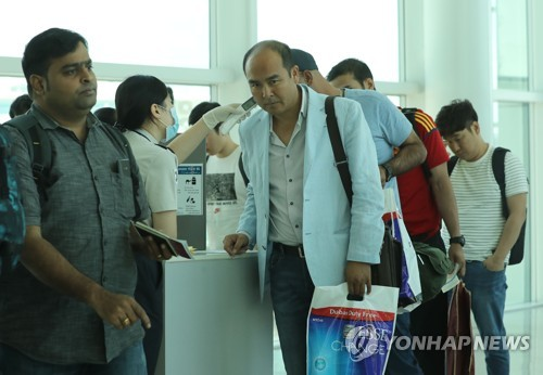 韓国の仁川空港で体温チェックを受ける中東ドバイ出発便の乗客(資料写真)=(聯合ニュース)