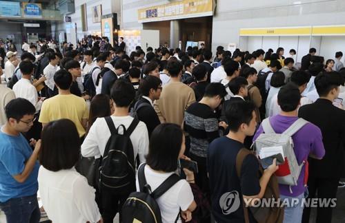채용박람회에서 구직자들이 등록을 하기 위해 줄을 서고 있는 모습
