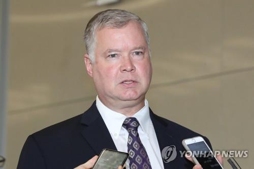 9月10日,在仁川国际机场,美国国务院朝鲜政策特别代表斯蒂芬・比根飞抵韩国。图为比根答记者问。(韩联社)