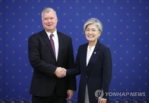 La canciller surcoreana, Kang Kyung-wha (dcha.), y Stephen Biegun, representante especial de Estados Unidos para la política de Corea del Norte, posan antes de sostener diálogos, el 11 de septiembre de 2018, en la Cancillería en Seúl.
