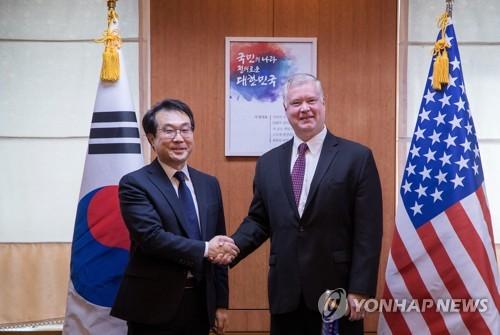 Le représentant spécial pour la paix sur la péninsule coréenne et les affaires de sécurité, Lee Do-hoon, et l'envoyé spécial américain pour la Corée du Nord, Stephen Biegun, ce mardi 11 septembre 2018.