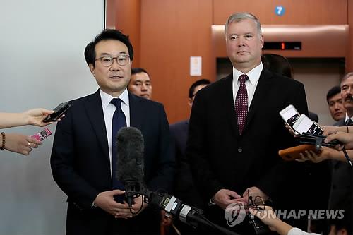 9月11日,在首尔,比根(右)与李度勋结束会谈后接受媒体采访。(韩联社)