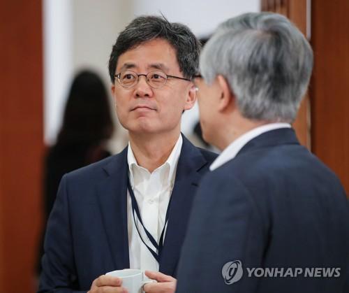 韩国产业通商资源部通商交涉本部长金铉宗(左)(韩联社)