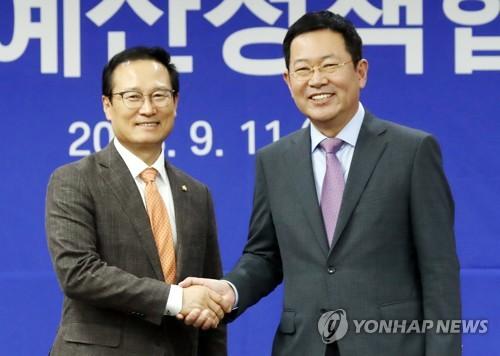 악수하는 홍영표·박남춘