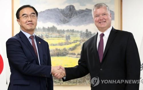 9月11日下午,在韩国中央政府大楼,韩国统一部长官赵明均(左)同来访的美国国务院朝鲜政策特别代表斯蒂芬・比根握手合影。(韩联社)