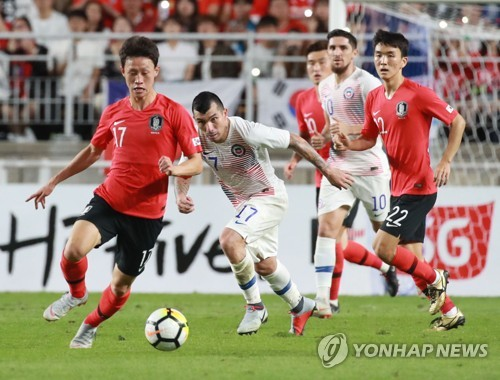 This file photo taken on Sept. 11, 2018, shows South Korea's Lee Jae-sung (L) dribbling the ball during a friendly match against Chile at Suwon World Cup Stadium in Suwon, south of Seoul. (Yonhap)