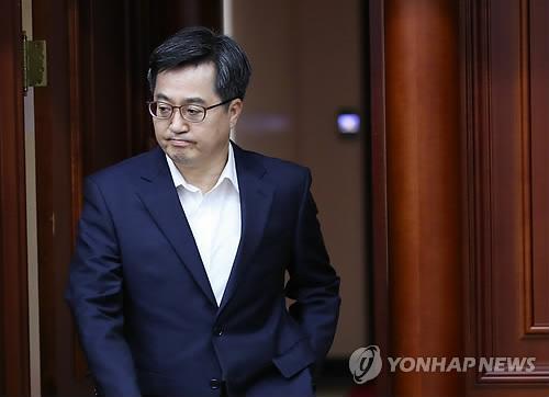 경제관계장관회의 입장하는 김동연 부총리