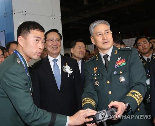 드론시뮬레이터 조작하는 김용우 육참총장