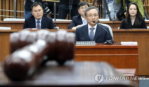 의사봉 앞의 유남석 헌재소장 후보자