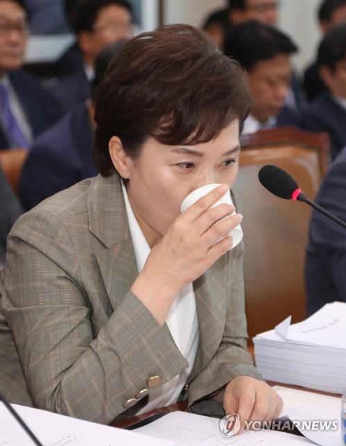 물 마시는 김현미 장관