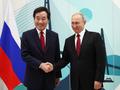 握手を交わす李首相とプーチン氏