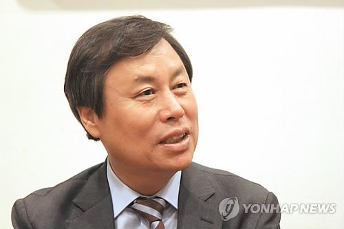 El 12 de septiembre de 2018, el ministro de Cultura, Deportes y Turismo, Do Jong-hwan, habla a los reporteros en Tokio.